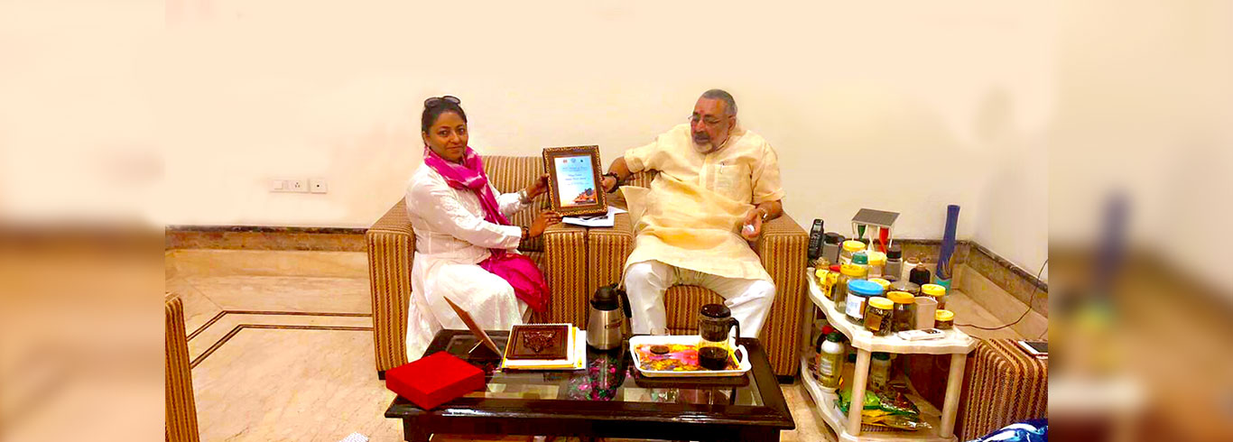 UPID Chairman gifting UPID coffee Table to Mr. Giriraj Singh, Hon'ble Minister of State, Government of India